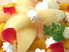 完熟マンゴーと桃のホールケーキ